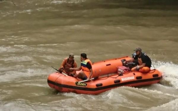 Proses pencarian korban hanyut di sungai. (Istimewa)