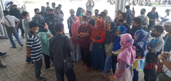 Saat puluhan pedagang pasar induk mendatangi kantor DPRD Bondowoso (Foto: Abror Rosi/JatimTimes)