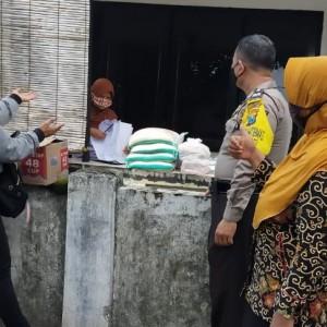 Bantuan Sembako untuk Warga Isolasi Covid-19 di Kota Kediri Masih Berlanjut
