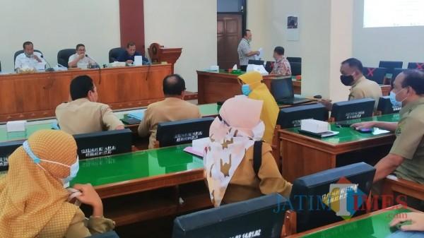 Situasi rapat kerja DPRD Trenggalek dengan OPD pemrakarsa Ranperda RKIP