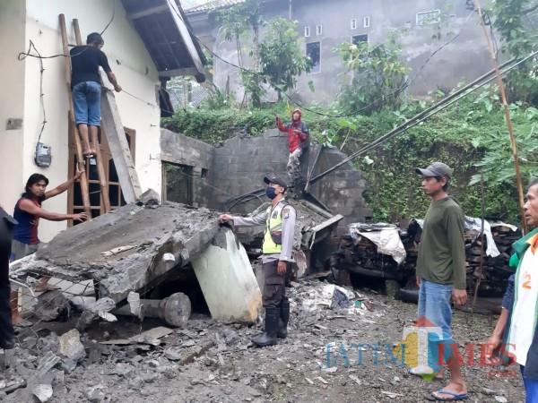Teras rumah milik Suyono roboh saat hujan deras disertai angin kencang