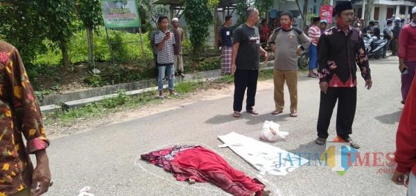 Tergeletak: anak usia 4 tahun di Sumenep tewas akibat tertabrak mobil saat menyeberang jalan (Foto: Ist/JatimTIMES)