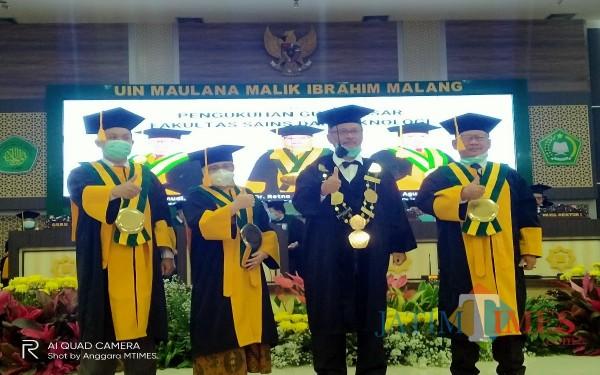 Rektor UIN Malang (dua dari kanan) usai melakukan pengkukuhan terhadap tiga guru besar baru dari Fakultas Saintek (Foto: Anggara Sudiongko/MalangTIMES)