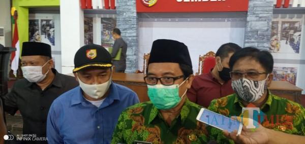 Wakil Bupati Jember Drs. KH. A. Muqit Arief saat diwawancarai wartawan usai menggelar pertemuan dengan pejabat dan ASN (Foto: Monas/JatimTIMES).