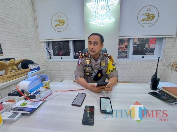 Kasat Lantas Polresta Malang Kota, Kompol Ramadhan Nasution saat ditemui pewarta di ruangan kerjanya. (Foto: Tubagus Achmad/MalangTimes)