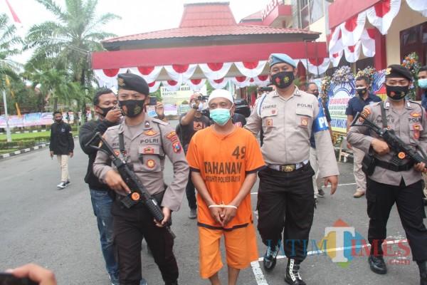 Pelaku Nur Huda si dukun gadungan diamankan di Mapolres Blitar