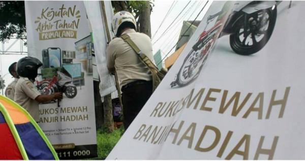 Petugas gabungan dari Bapenda dan Satpol PP Kabupaten Malang saat menertibkan papan reklame liar (Foto: Instagram Bapenda Kabupaten Malang)