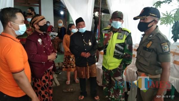 Petugas saat menghentikan hajatan pernikahan di Desa Ringinpitu, Kecamatan Kedungwaru. (Joko Pramono for Jatim TIMES)