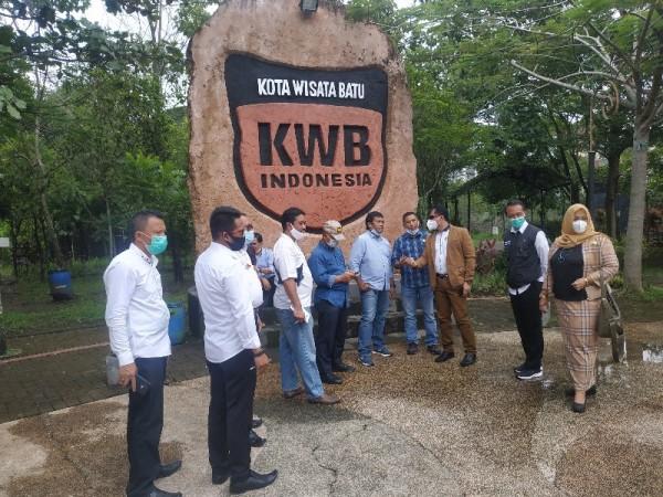 Suasan kunjungan Kepala DLH Kota Batu bersama DPRD Kota Batu di Taman Bondas, Kota Batu, Rabu (13/1/2021)