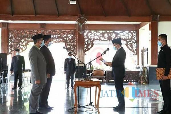 Bupati Pamekasan saat melantik sejumlah pejabat di Mandhapa Agung Ronggosukowati (Foto:Istimewa/JatimTIMES.com)