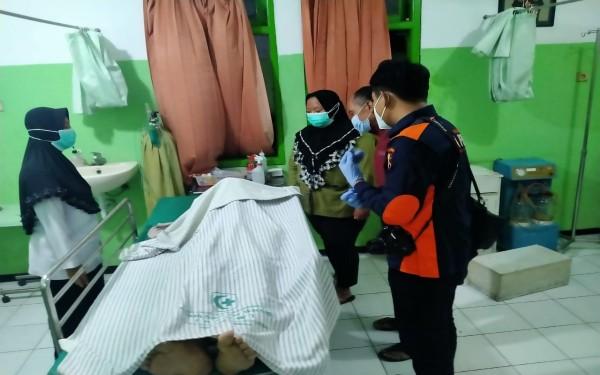 Jasad korban saat diperiksa oleh tim medis di salah satu rumah sakit swasta di Jombang. (Istimewa)