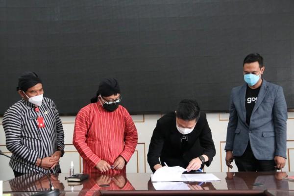Penandatanganan MoU antara Pemkot Malang dan Gojek di Balai Kota Malang. (Foto: Humas Pemkot Malang).