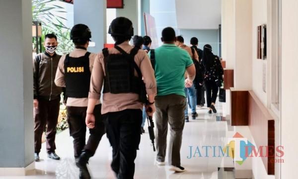 Petugas Polres Batu saat mengawal KPK RI di Balai Kota Among Tani.