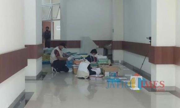 Tim penyidik KPK RI saat mencari berkas di Balai Kota Among Tani beberapa saat lalu.