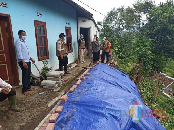 Wali Kota Batu Dewanti Rumpoko saat mengunjungi lokasi di Dusun Brau, Desa Gunungsari, Kecamatan Bumiaji, Kamis (14/1/2021).