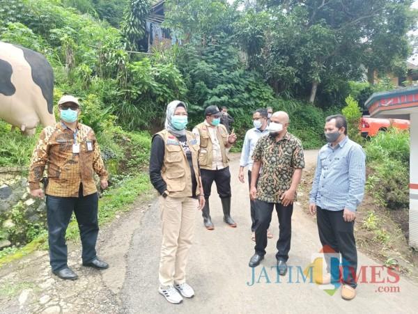 Wali Kota Batu Dewanti Rumpoko saat mengunjungi lokasi di Dusun Brau, Desa Gunungsari, Kecamatan Bumiaji,Kamis (14/1/2021).