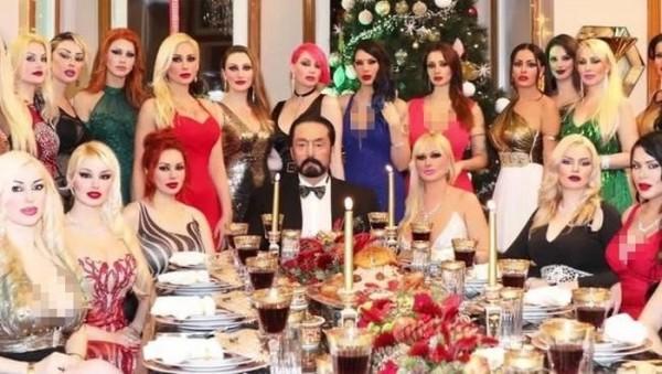 Harun Yahya dikelilingi para wanita. (Foto: m.gunes.com)
