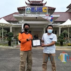 Aktif Menanggulangi Bencana, Jurnalis Center Pamekasan Berikan Penghargaan Kepada FRPB