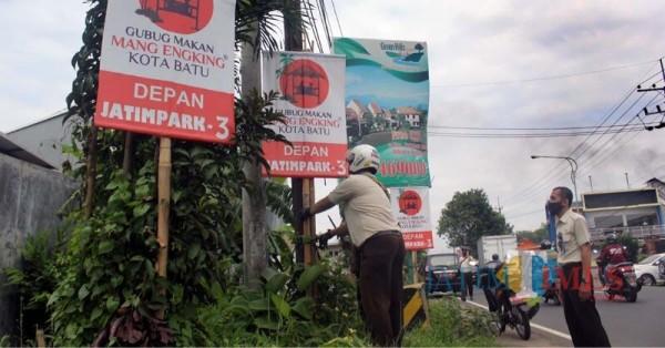Petugas gabungan Bapenda dan Satpol PP Kabupaten Malang saat menertibkan iklan liar (Foto : Bapenda Kabupaten Malang for MalangTIMES)