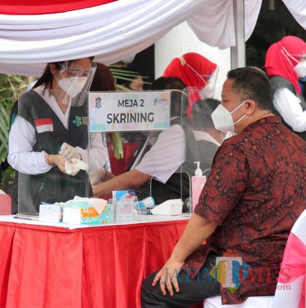 Vaksinasi Perdana Surabaya Raya, Pejabat Pemprov Jatim Pantau Langsung