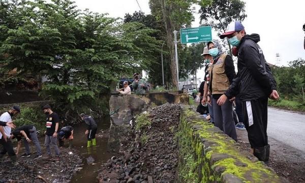 Wali Kota Batu Dewanti Rumpoko saat meninjau lokasi kali paron di Kecamatan Bumiaji, Jumat (15/1/2021).