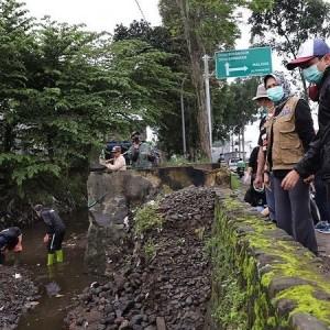 Banjir Lumpur Beberapa Kali, Kali Paron Kota Batu Dinormalisasi Dengan Alat Berat