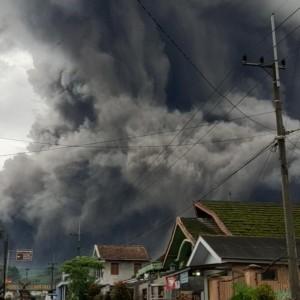 Gunung Semeru Kembali Keluarkan Awan Panas Guguran Sejauh 4,5 Kilometer