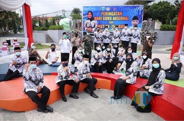 Para guru saat berfoto bersama Wali Kota Batu Dewanti Rumpoko dan Wakil Wali Kota Batu Punjul Santoso beberapa saat lalu.