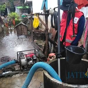 Banjir Mulai Surut, PMI Jember Kuras Sumur Warga