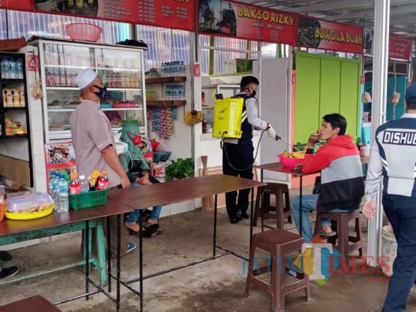 Relawan bentukan Dishub Kabupaten Malang saat melakukan penyemprotan disinfektan di Terminal Wisata Pasar Tumpang (Foto : Istimewa)