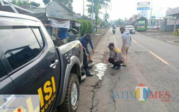 Cegah Kecelakaan, Polisi Jember Tambal Jalan Berlubang