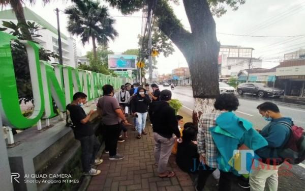 Di Pinggiran Trotoar Depan Kampus, Geram Unisma Lakukan Aksi, Dua Tuntutan Disuarakan