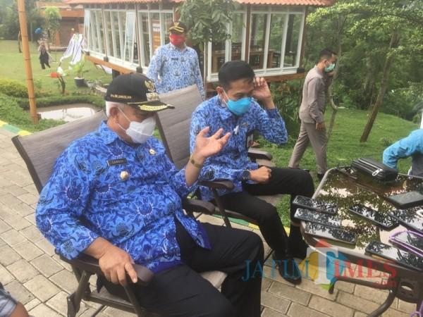 Bupati Malang Sanusi (duduk, kiri) saat menjelaskan kesiapan vaksinasi Covid-19 di Kabupaten Malang (Foto : Ashaq Lupito / MalangTIMES)