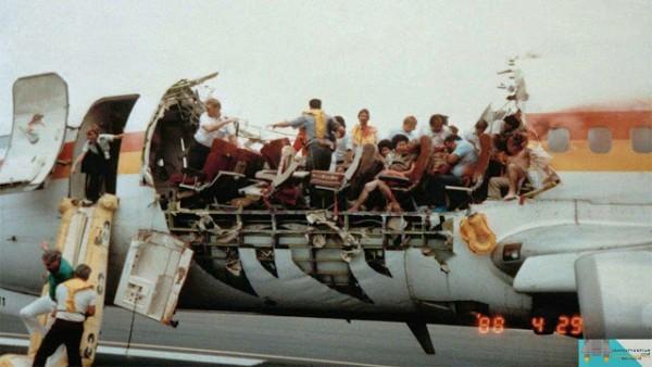 Inilah Penerbangan Paling Ajaib yang Pernah Terjadi, Atap Pesawat Lepas saat Terbang
