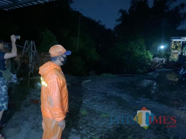 Petugas BPBD Kota Malang sedang melakukan pencarian korban hanyut terbawa arus Sungai Bango, Senin (18/1/2021). (Foto: BPBD Kota Malang for MalangTimes)