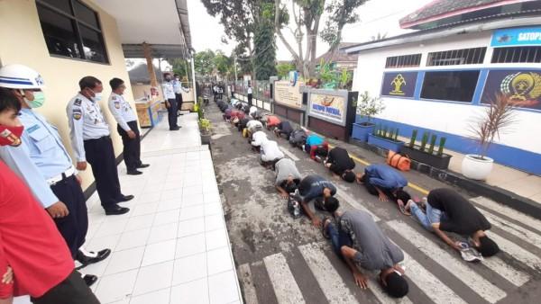 Sebanyak 37 orang warga binaan Lapas Kelas I Malang yang sujud syukur atas pemberian program asimilasi, Senin (18/1/12021). (Foto: Istimewa)