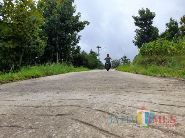"Jalan penghubung Desa Joho dan Winong ""Jowin"". (Foto: TULUNGAGUNGTIMES)"