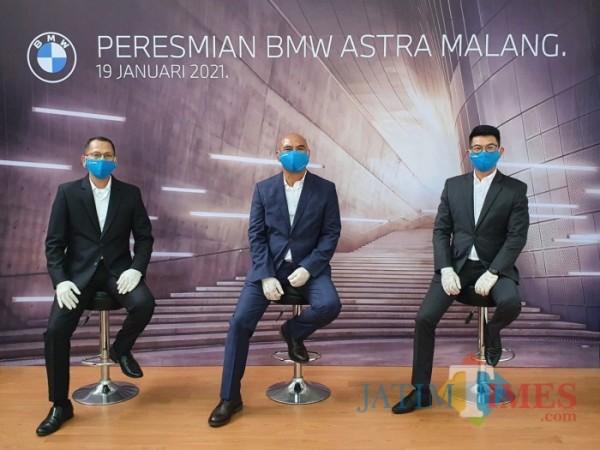 Dari kiri, Evaludin - Kepala Bengkel BMW Astra Wilayah Jawa Timur, Teguh Widodo - Operation Manager BMW Astra, Terry - Kepala Cabang BMW Astra Used Car (Anggara Sudiongko/MalangTIMES)