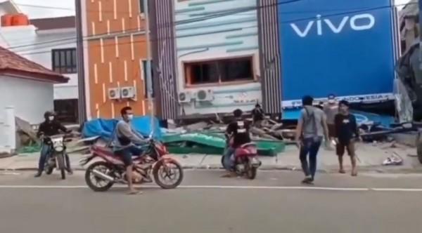 Penjarahan toko HP di Mamuju. (Foto:  YouTube sini sama OM)