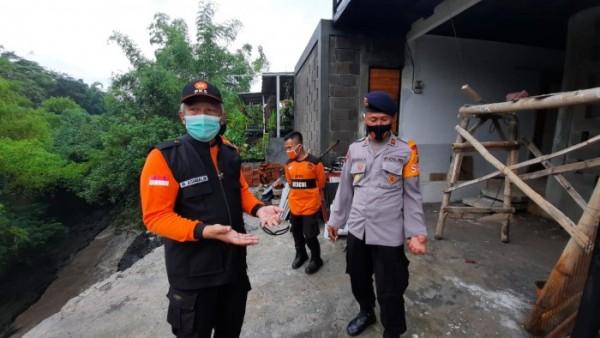 Wakil Ketua DPRD Kota Malang Asmualik (kiri baju orange) saat meninjau lokasi longsor di Kelurahan Bunulrejo, Kota Malang. (Foto: Istimewa).