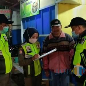Nekat Berjualan di Jam Malam, Belasan KTP dan Tabung Elpiji Disita Satpol PP Kota Batu