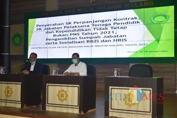 Rektor UIN Maliki Malang, Prof Abdul Haris (kiri) saat memberikan arahan terhadap para penerima SK tenaga pendidik dan kependidikan di UIN Malang (Ist)