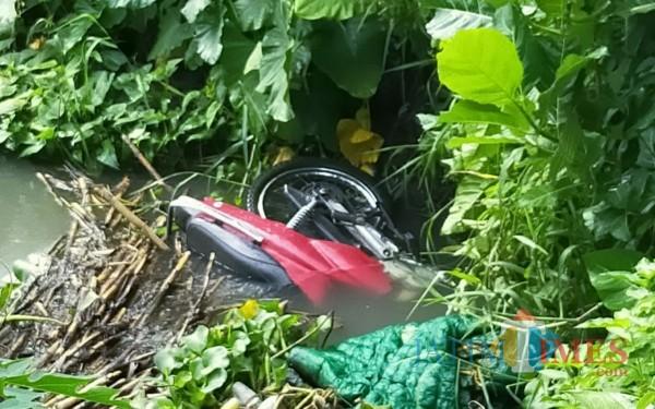 Sepeda motor yang nyebur ke sungai setelah kecelakaan / Foto : Istimewa / Tulungagung TIMES