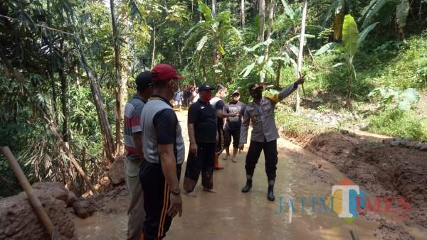 Kapolres Ngawi AKBP I Wayan Winaya S.I.K, M.H bersama jajaran melaksanakan kunjungan lapangan ke lokasi bencana tanah longsor