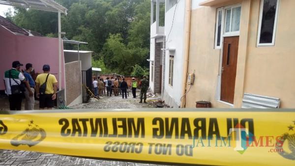 Lokasi Longsor di kawasan Kelurahan Bunulrejo diberi garis polisi. (Ahmad Amin/MalangTIMES).