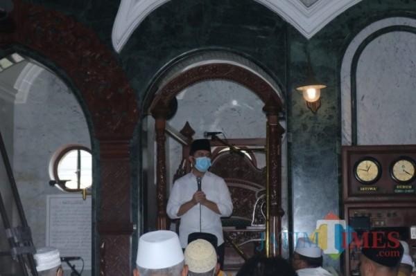 Wakil Gubernur Jawa Timur Emil Elistianto Dardak saat menyampaikan sosialisasi PPKM kepada jamaah Masjid Jami' Kota Malang, Jumat (22/1). (Arifina Cahyanti Firdausi/MalangTIMES).
