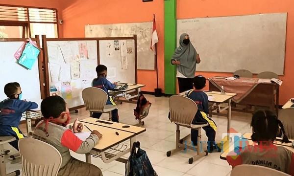 Salah satu kegiatan pembelajaran tatap muka di SDN Gunungsari (foto: Irsya Richa/ BatuTIMES)