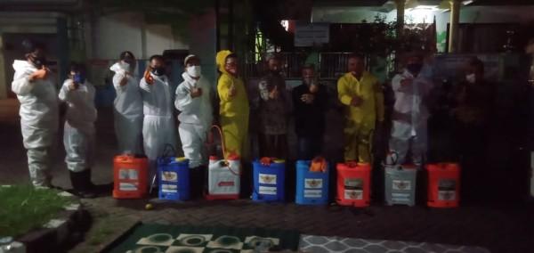 Anggota DPRD Kota Malang dari Fraksi PKS Rokhmad (tengah) saat terjun langsung mengawal warga dalam melakukan penyemprotan desinfektan. (Foto: Istimewa)