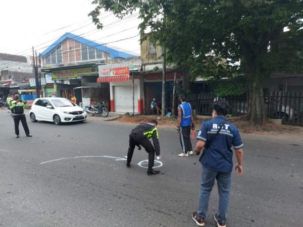 Petugas dari Unit Laka Lantas Polresta Malang Kota saat melakukan olah TKP (tempat kejadian perkara) di Jalan S. Supriadi, Sukun, Sabtu (23/1/2021). (Foto: Istimewa)