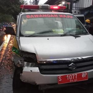 Ambulans Siaga Desa Tabrakan Beruntun di Jombang